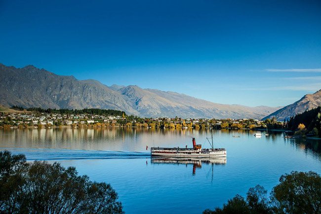 View from Lake Wakatipu to Queenstown